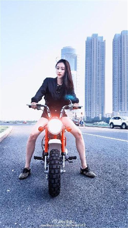 90后女神老师写真:黑夹克骑摩托长腿性感