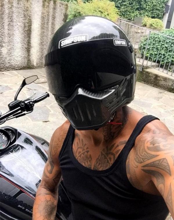 开摩托兜风,德容变身黑武士