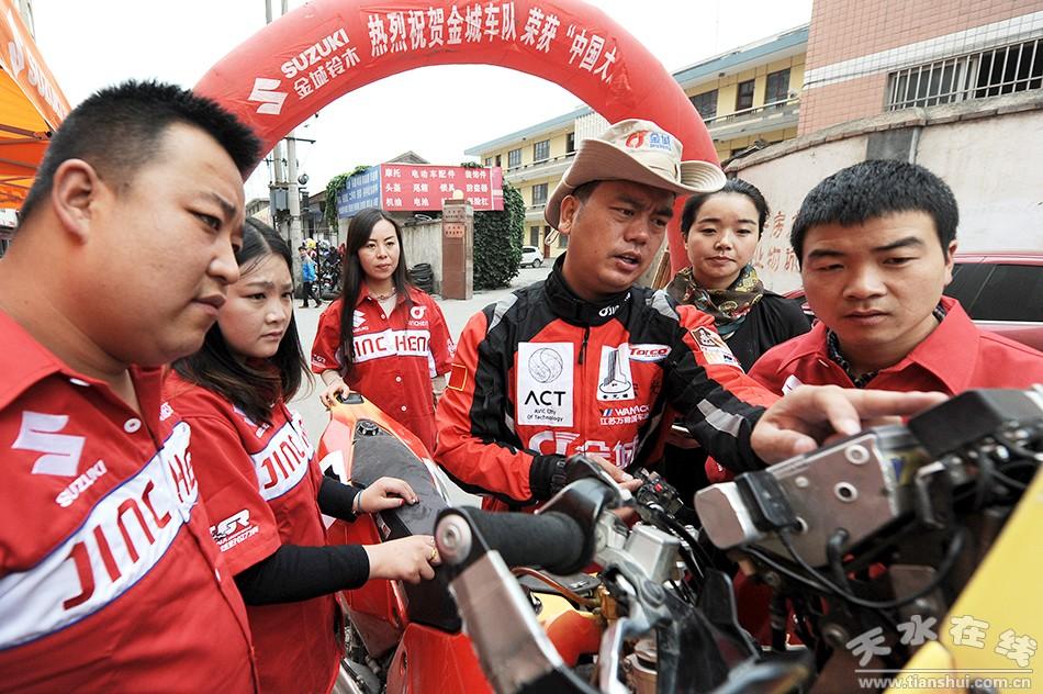 2015年中国越野拉力赛盛世国际app组亚军选手与天水车迷交