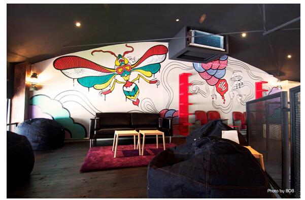 涂鸦艺术家受邀为Vespa曼谷主题酒吧创作