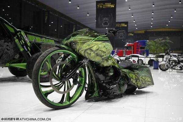 绿色骷髅哈雷摩托走在国际尖端