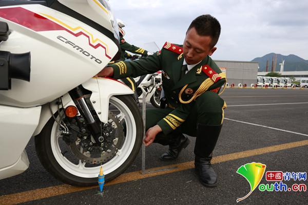 """揭秘受阅摩托车护卫方队如何炼成""""慢速极限"""
