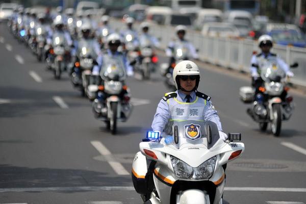 青岛300辆警用摩托上路巡逻