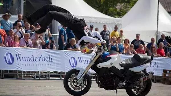 """神乎""""骑""""技,特技大师与你相约宝马摩托车文化节!"""