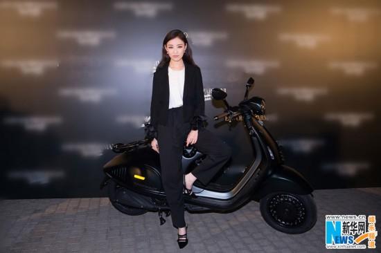 倪妮出席时尚派对干练西装骑摩托车帅气拉风