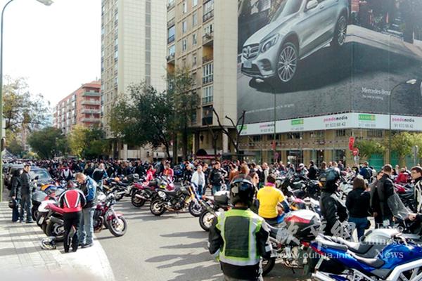 近7000辆摩托车马德里骑行呼吁拆除公路防护栏