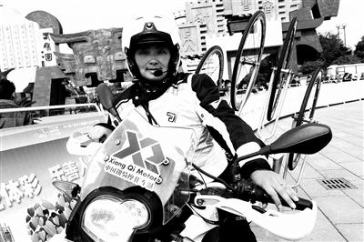 赛道上,有个英姿飒爽的女摩托车手