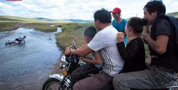 时代变迁:草原少年赶羊放牧都骑摩托车
