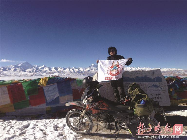 90后小伙孤身骑摩托冲上珠峰大本营