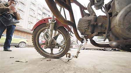 市民用手铐铐住摩托车占车位这些奇招你见过吗