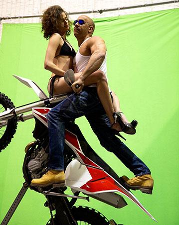 《极限特工3》曝片场照范-迪塞尔带美女骑摩托