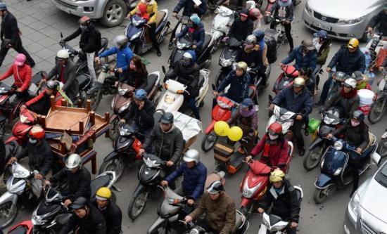 越南迎农历新年民众骑摩托车走亲访友交通拥堵