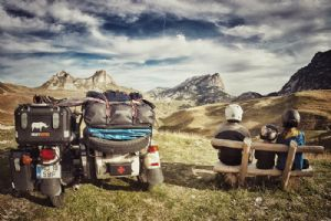 乌拉尔Tourist三个人 一辆摩托车 41个国家的旅程