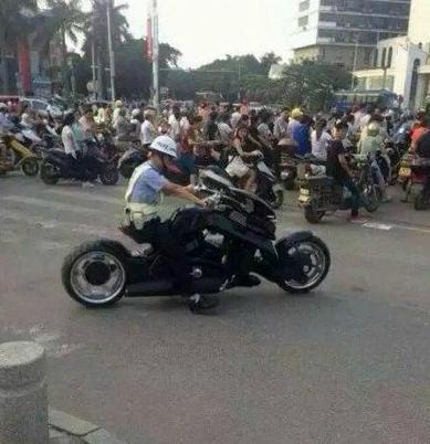 这辆摩托车价格过百万可惜刚出门就被扣押