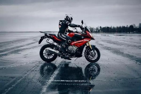 BMWS1000XR创造冰上翘头骑行的吉尼斯世界纪录