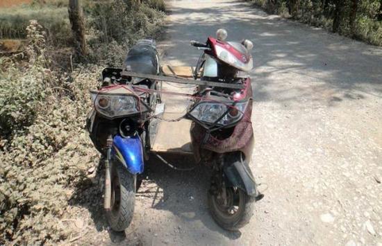 """两台轻便摩托组合为怪胎""""车""""被浠水警方查获"""
