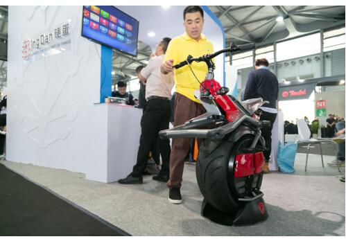 硬蛋携独轮摩托车亮相CES中国的AlphaGo还远吗?