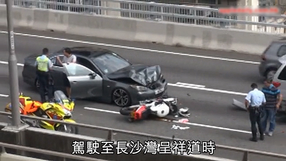 香港空姐跪地安慰受伤骑士获赞