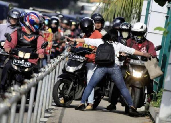 印尼一厨娘怒挡澳门威尼斯人官网开上人行道成网络红人