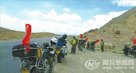 环游骑行9000公里南充摩友抵达新疆