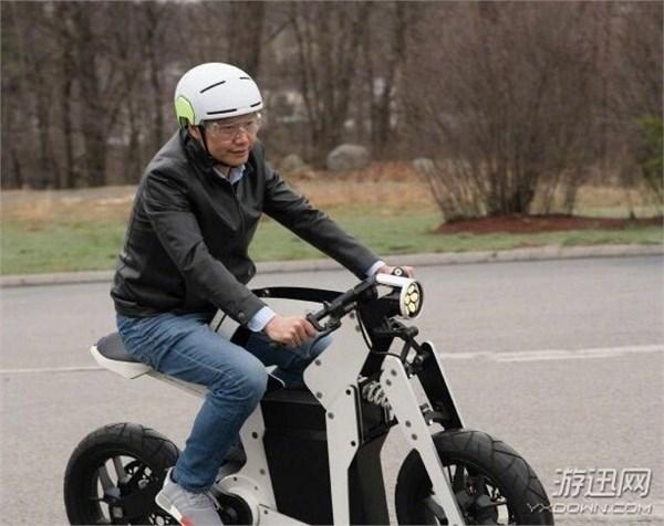 雷军试骑酷炫电动摩托车 网友:啥时能开卖?