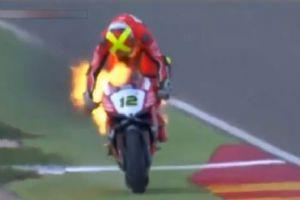 摩托车惊险着火 车手火焰中坚持比赛十几秒