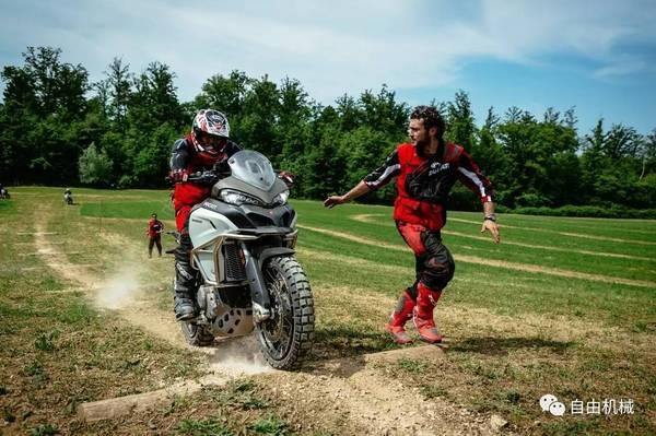 骑着杜卡迪在意大利阳光下撒野是什么感受?