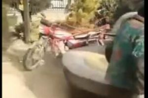 摩托车还能这么玩,大妈这创意也是没谁了