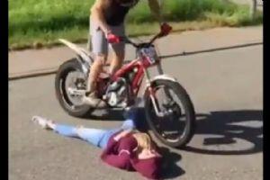 这妹子竟然让骑车的这么玩,一定是真爱