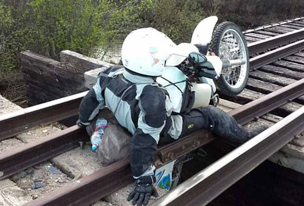 车手险坠桥梁先留影,这是用绳命在拍照啊