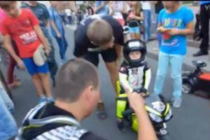 两岁的摩托车手  话都还不会说萌死个人