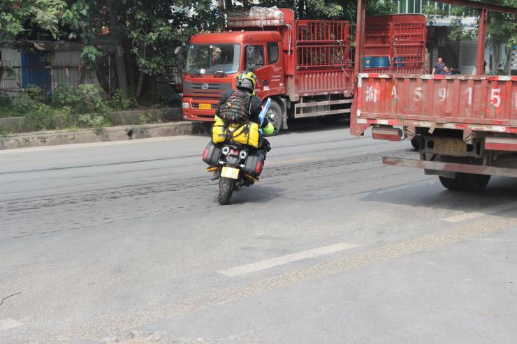 两位年轻骑士准备骑银钢铁拳环游中国