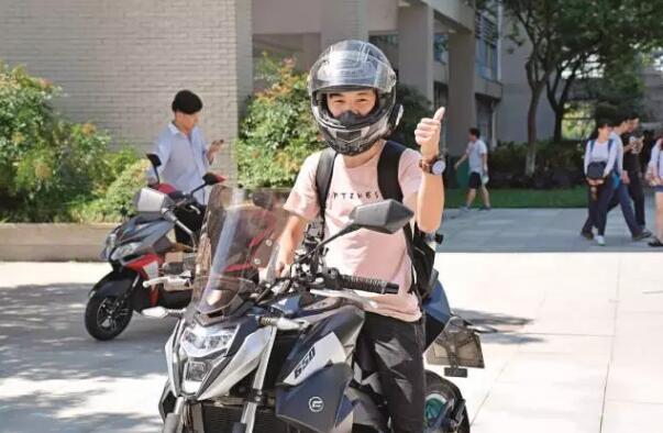 """穿越3省14城骑摩托车报到""""最牛新生""""走红校园"""