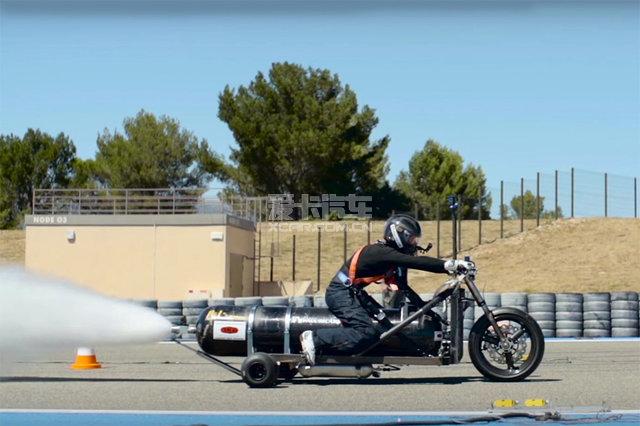 推背感太强驾驶这辆三轮车要系安全带!