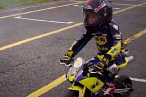 7岁小骑士挑战英国超级摩托车明星卢克 结果还真赢了!