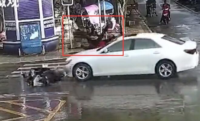 无证驾摩托车路口抢行被撞负全责