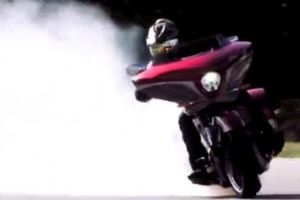 逆天的技术 700斤重型摩托也能表演漂移