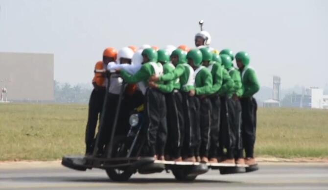 创记录民族天赋印度摩托车载58人滑行1200米