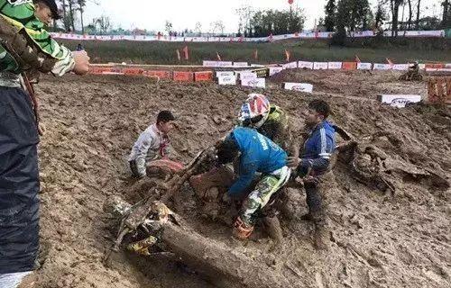 中国摩托车越野锦标赛落幕 10岁新疆娃竟揽青少组团体冠军