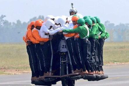一辆摩托车装了58个人论特技只服三哥