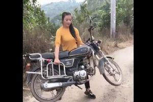 美女愣是徒手抱起了摩托车 这毫无压力的样子~