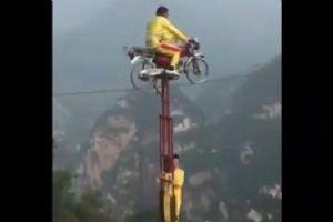 穿越山谷 讲述钢丝绳上的摩托车