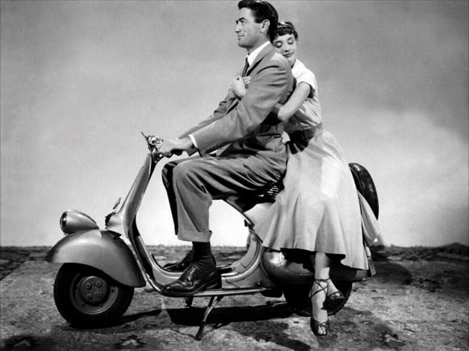 《罗马假日》后赫本的摩托车成当年时尚女郎