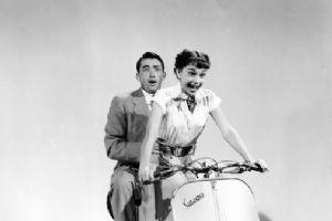 《罗马假日》后 赫本的摩托车成当年时尚女郎最爱