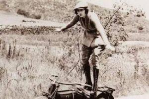 百年前的摩托女郎 比的是谁更帅气