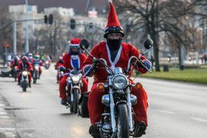 波兰数千圣诞老人为患儿送礼物 不坐雪橇骑摩托