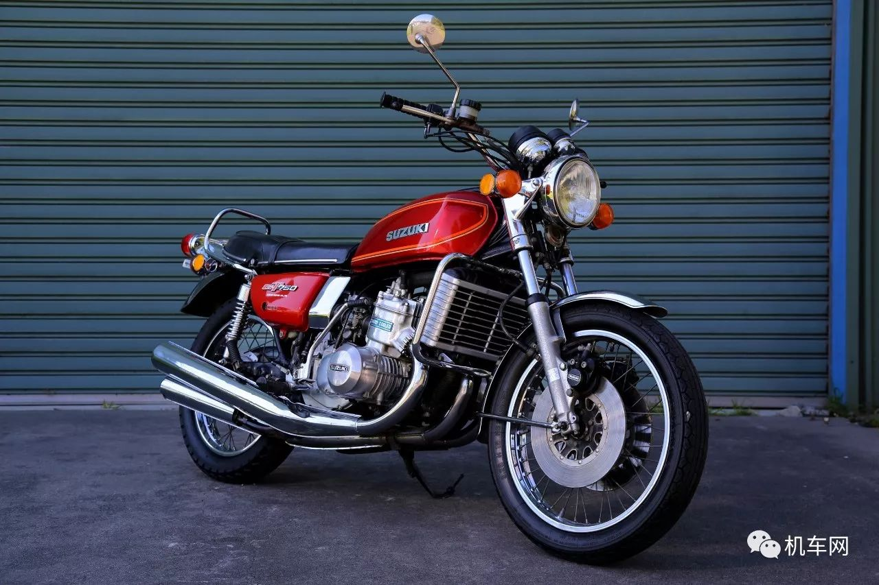 今天和大家聊一聊铃木的一款三缸摩托车:GT750,为什么要说一说这款摩托车呢?因为铃木在风冷发动机流行的年代,设计了首款水冷发动机摩托车——GT750,成为当时第一个吃螃蟹的人。  现在发动机水冷技术已经比较普遍,可在上世纪80年代很多公升级大排还都是风油冷,可以想象铃木在1971年发布的这辆水冷摩托具有多么重大的意义。  虽然二战时期就已经有了水冷两冲摩托,但当时的水冷几乎不起作用。重新制造水冷发动机需要合理布置水冷系统,在不损坏发动机的前提下,尽可能的降低热量。  水冷比风冷还