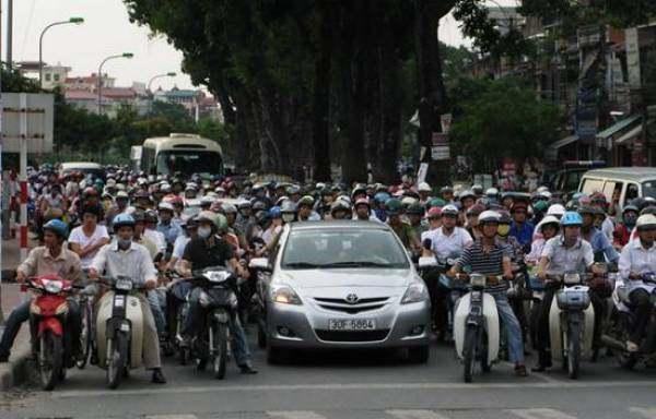 越南的街头超载澳门永利娱乐场的网站遍地都是交警却不查
