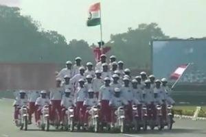 印度建军节70周年阅兵式 再现摩托叠罗汉特技表演