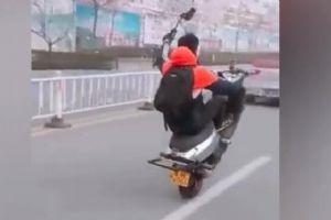 单手骑摩托 日照青年真会搞事情